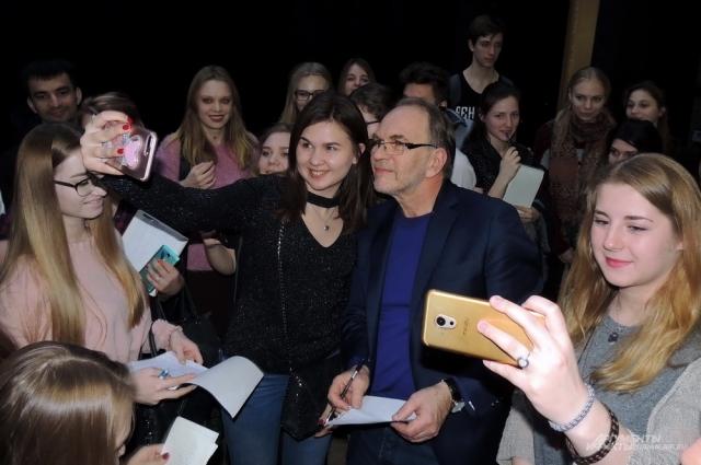 Народный артист России выступал перед полным залом студентов и преподавателей университета.