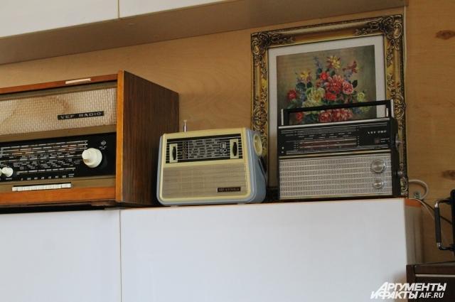 Коллекция радиоприёмников, которую собирает Марк, муж Елены.