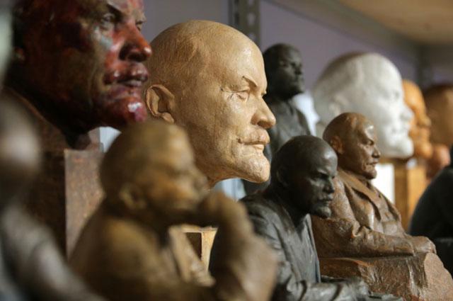 Скульптуры на выставке Миф о любимом вожде в выставочном комплексе Государственного исторического музея в Москве