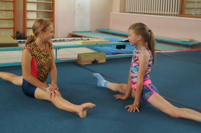Гимнасткам необходимо иметь хорошую растяжку.