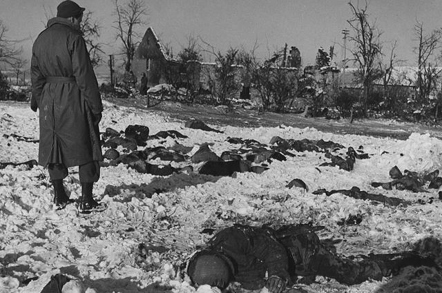 Американские солдаты смотрят на тела казненных заключенных. «Мальмедская резня», 1945 год .
