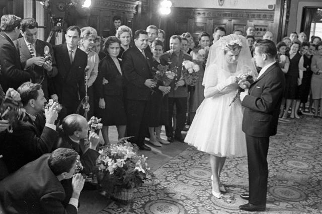 Бракосочетание летчиков-космонавтов Валентины Терешковой и Андрияна Николаева. 1963 г.