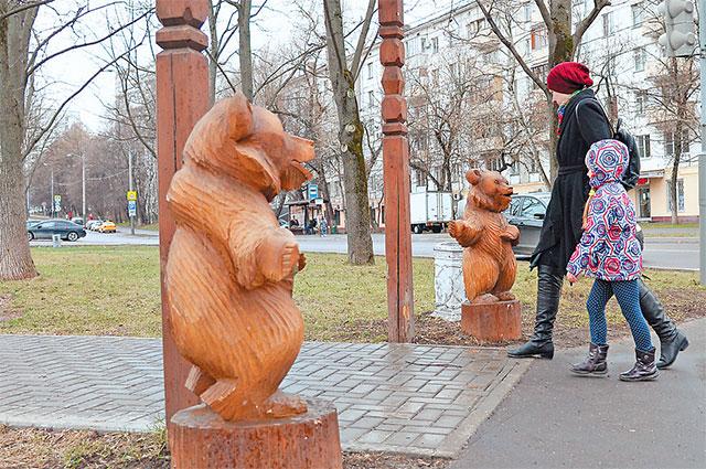 «Парк наКерченской» внароде называют «Парк смедведями»– симпатичные мишки «охраняют» вход натерриторию.