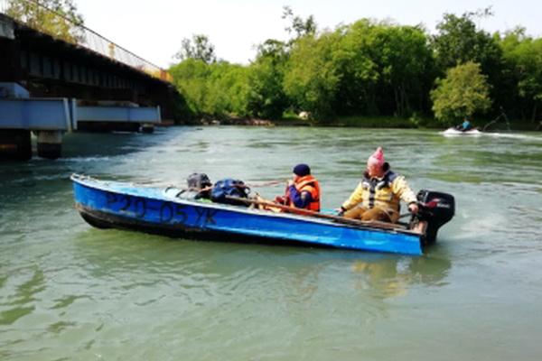 Спасатели, поиск на реке, лодка