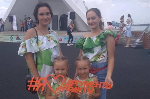 На праздник пришли не только мамы с маленькими двойняшками, но и взрослые близнецы.