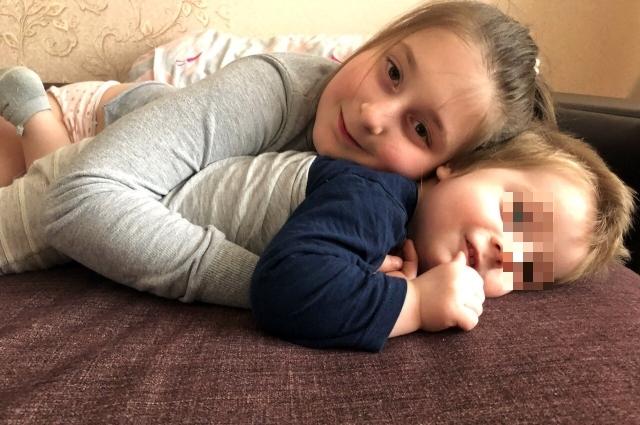 Умерший мальчик с родной сестрой.