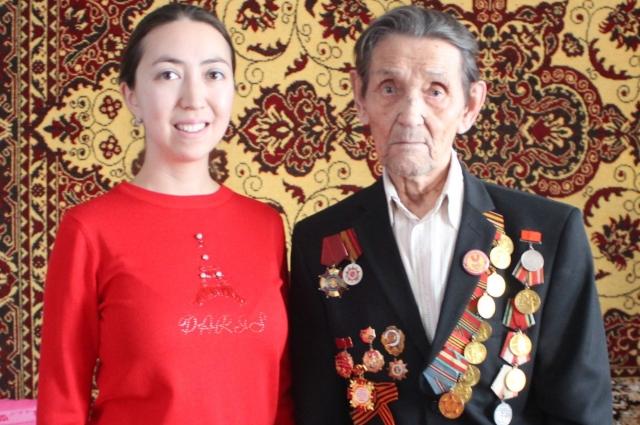 Дмитрий Степанович с внучкой.