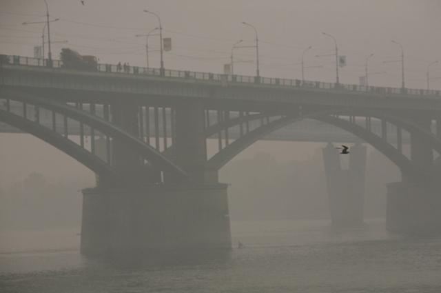 Вид на Коммунальной мост через реку Обь в Новосибирске