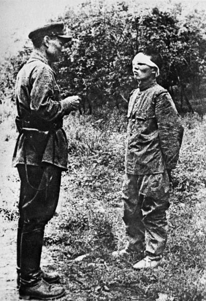 Советский офицер допрашивает пленного японского солдата. Из фондов музея Советской армии