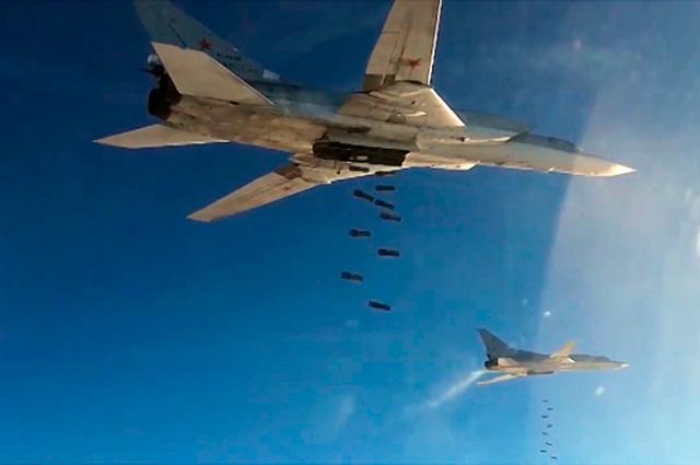 Бомбардировщики-ракетоносцы Ту-22 МЗ Военно-космических сил России во время нанесения авиаудара по объектам ИГ в Сирии.