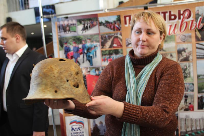 Поисковик Елена Шахова демонстрирует немецкую каску.