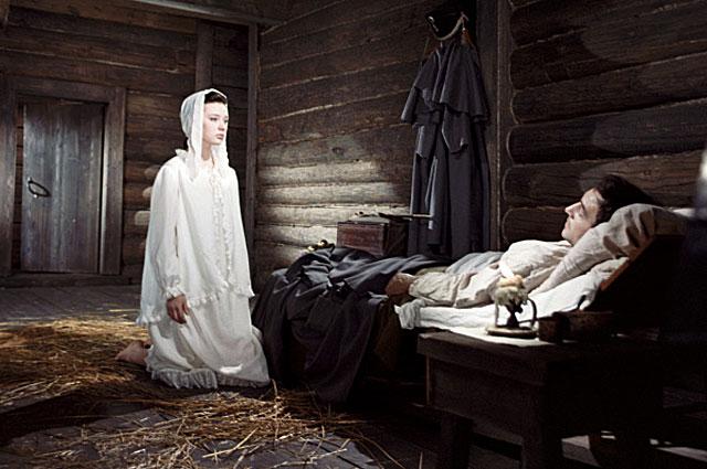 Людмила Савельева в роли Наташи Ростовой (слева) и Вячеслав Тихонов в роли Андрея Болконского (справа) на съемках фильма.