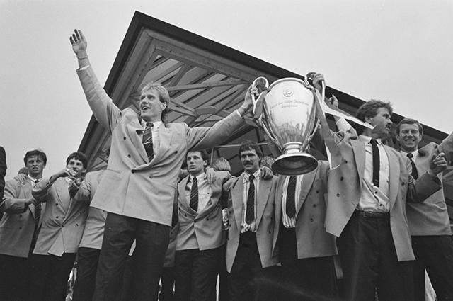 Игрок ПСВ Ханс Ван Брёкелен,и главный тренер клуба Гус Хиддинк держат Кубок европейских чемпионов, 1988 г.