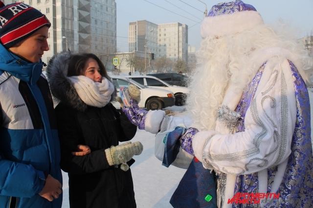 В свой день рождения Мороз Иванович угощал прохожих мороженым.