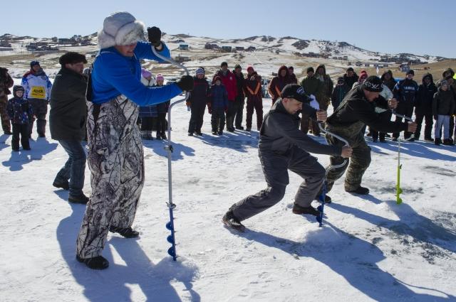 За 19 секунд иркутянин прорубил лёд толщиной 1,3 м.