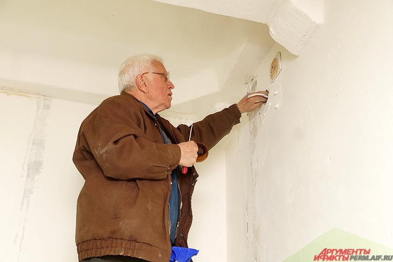 На следующем этапе необходимо расположить готовую конструкцию в отверстие в стене для лампы.