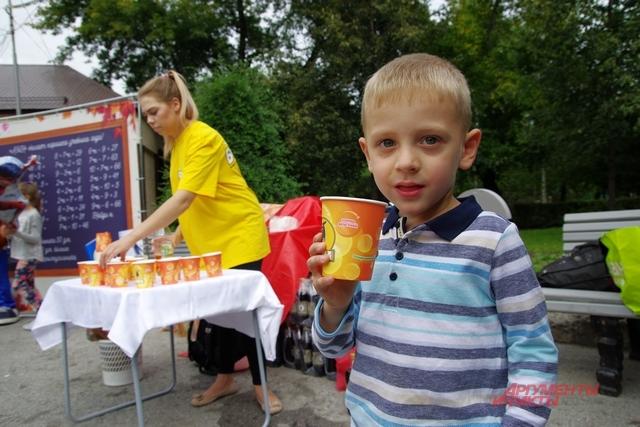 Пока не собралась очередь желающих - бегом на дегустацию лимонада и кваса