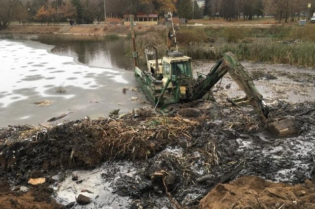 Этой осенью реку Лазурь расчищают в районе парка Победы