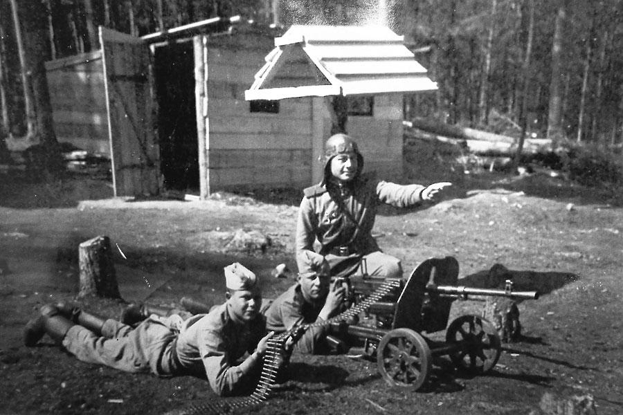 Иван Балахонский проводит занятия по охране немецких военнопленных. Лето 1945 года.
