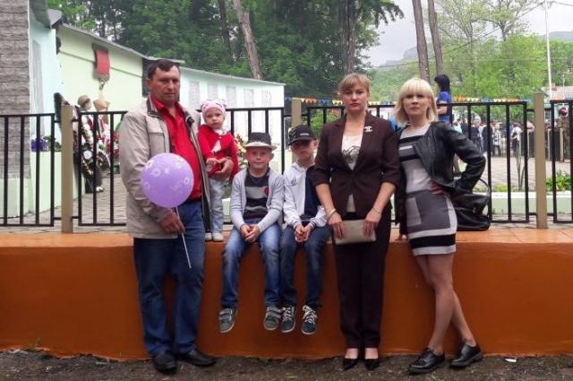 Наталья Дмитриева с мужем, младшими детьми и подругой.