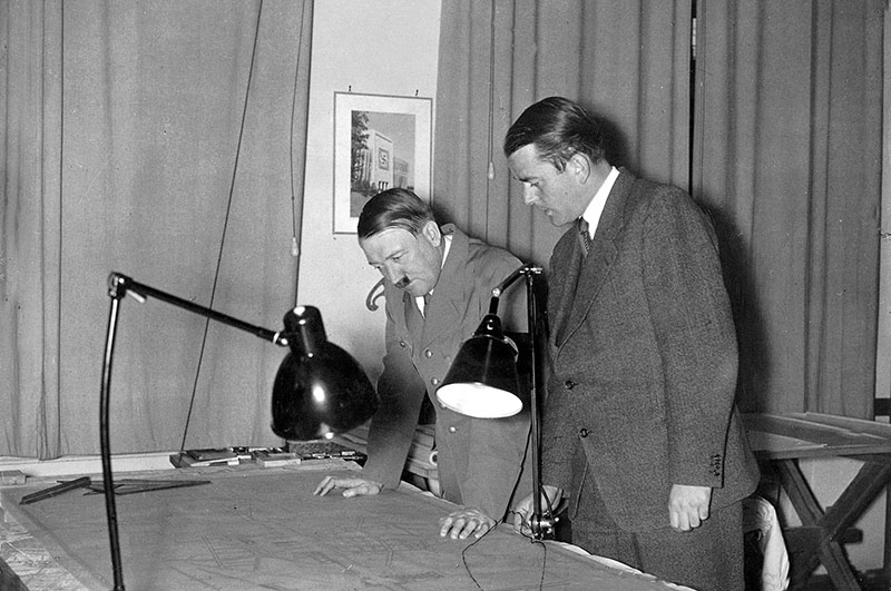Адольф Гитлер и министр вооружений и боеприпасов Альберт Шпеер