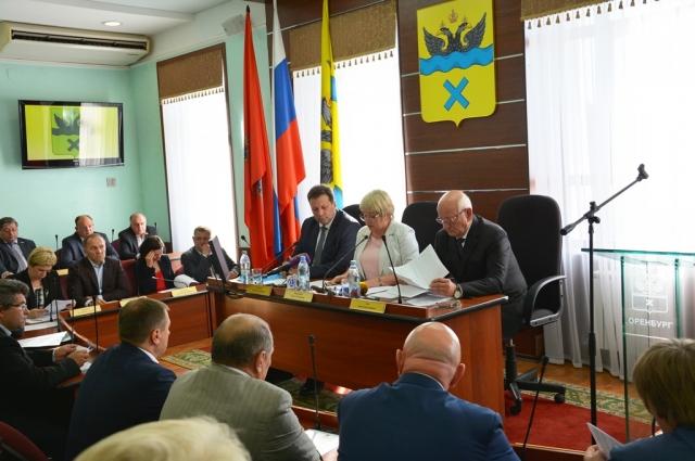 Губернатор Юрий Берг подчеркнул, что город не может так долго находиться без фактического руководства.