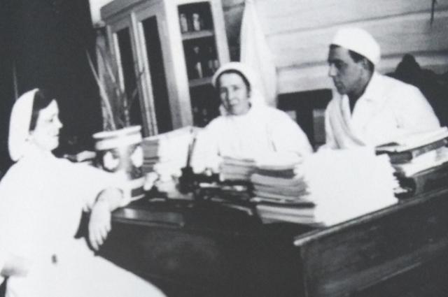 Хирург М.Л. Шулутко беседует со старшими сестрами хирургического отделения