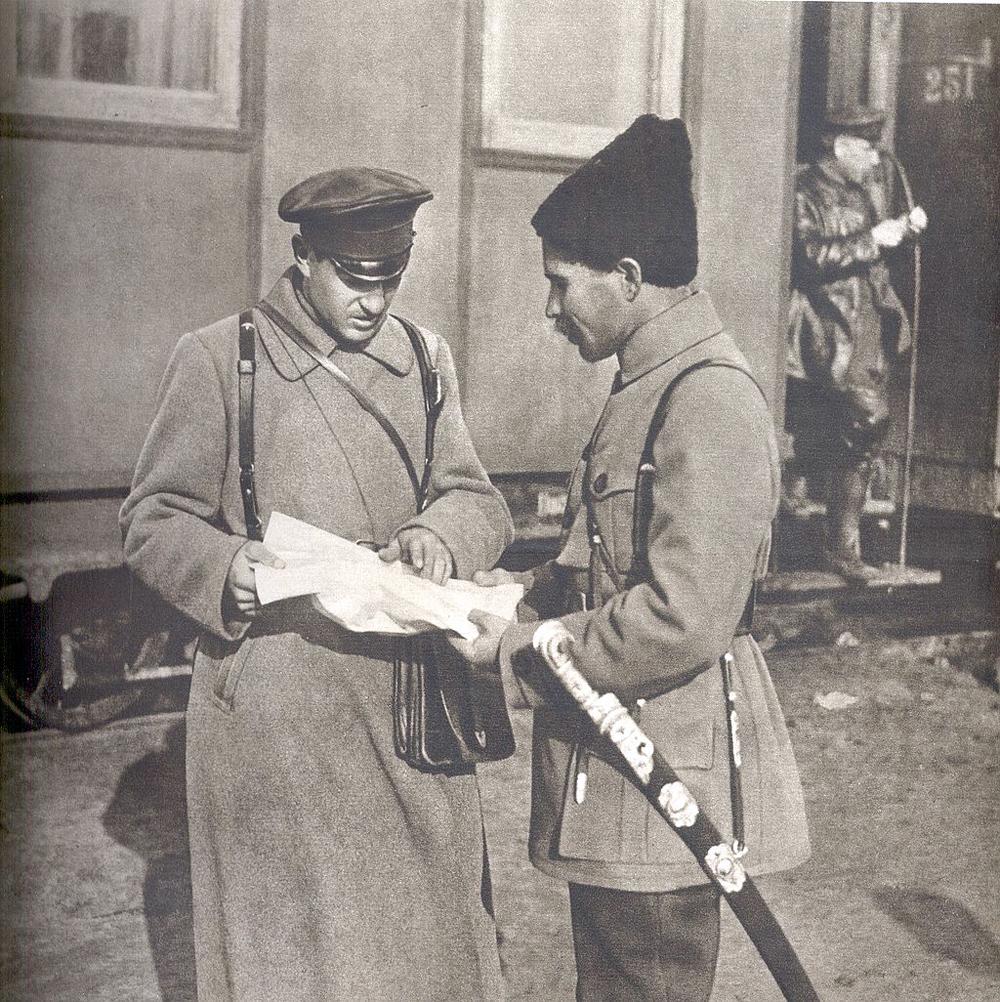Командир 1-й Николаевской дивизии С. П. Захаров и командир 2-й Николаевской дивизии В. И. Чапаев, 1918 г.
