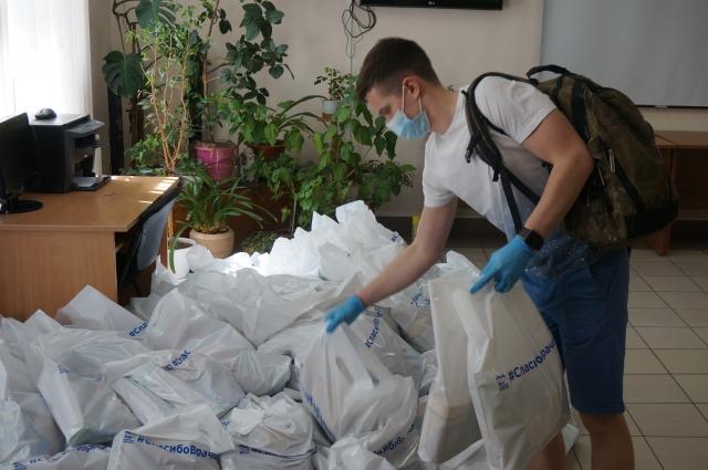 Волонтёры развезли пакеты по больницам.