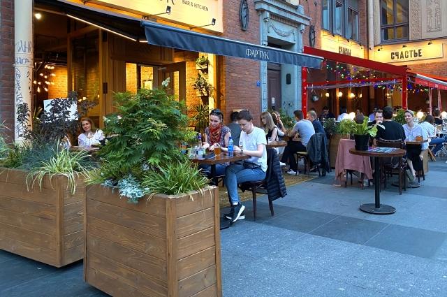 В ресторанах никакой речи о социальной дистанции не идет.