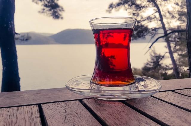 Стакан для чая – армуд - имеет форму груши.
