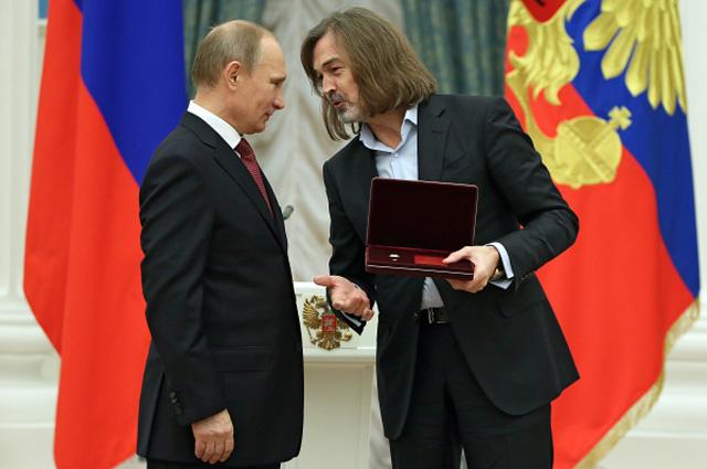 Владимир Путин и Никас Сафронов во время церемонии вручения государственных наград Российской Федерации в Кремле. 2013 год