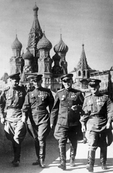 Герои Советского Союза лётчики Александр Покрышкин (второй слева), Григорий Речкалов (в центре) и Николай Гулаев (справа) на Красной площади