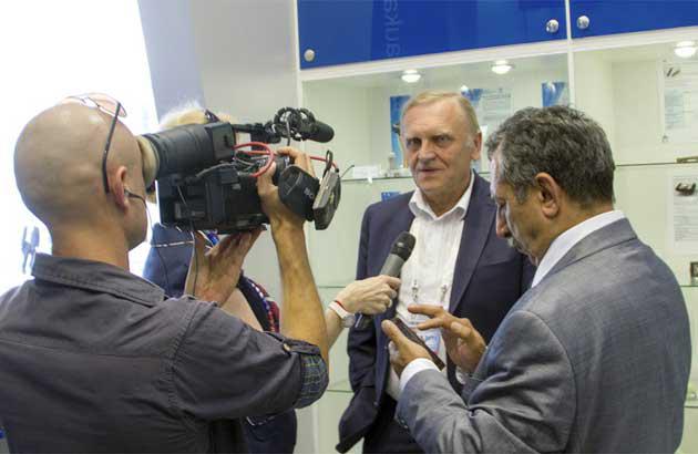 Олег Мартьянов во время посещения экспозиции стенда Ассоциации ВПК