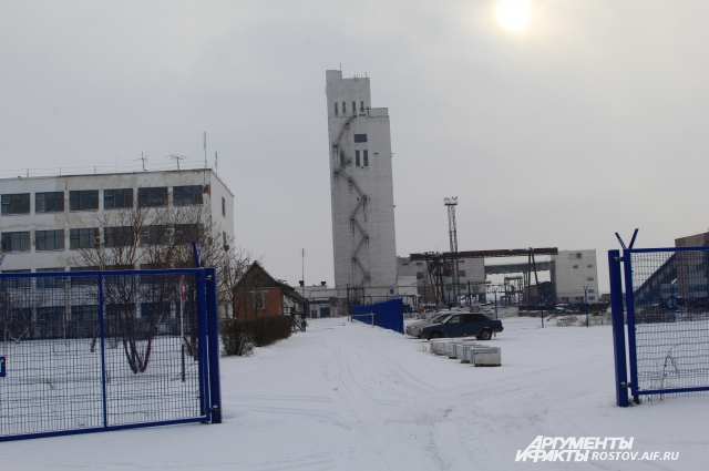 Ворота на территорию шахты открыты, на стоянке всего три машины.
