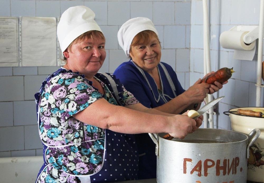 Повар школьной столовой Алёна Смирнова (слева) и её помощница Нина Чебыкина знают десятки рецептов блюд, которые можно приготовить из местных овощей.