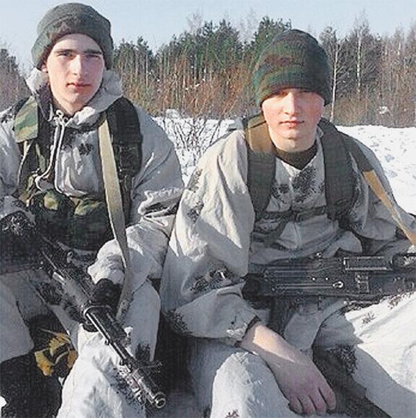 Алексей (слева) и Александр во время службы в армии.