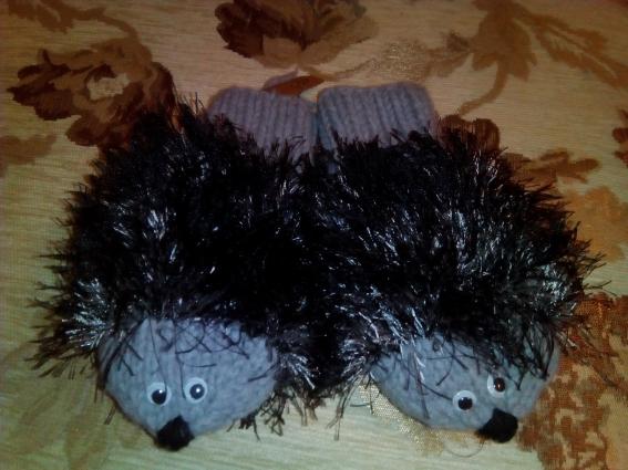 Вы видели когда-нибудь рукавицы в виде ежиков? А такие достанутся кому-то из наших подопечных.