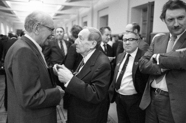 Лауреат государственной премии СССР Дмитрий Лихачёв (слева) беседует с русским советским писателем Вениамином Кавериным на VIII cъезде писателей СССР.