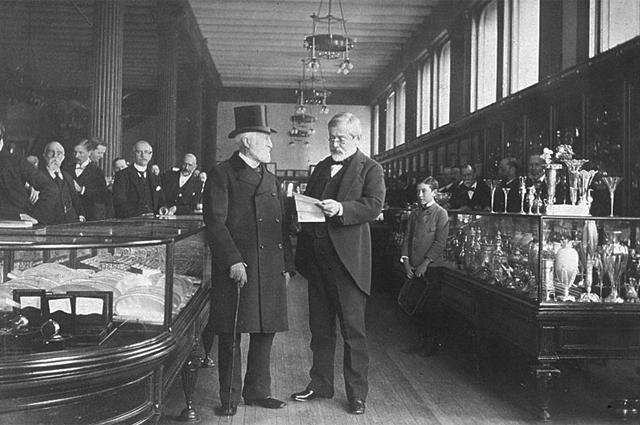 Чарльз Льюис Тиффани (слева) в своем магазине, 1887 год.