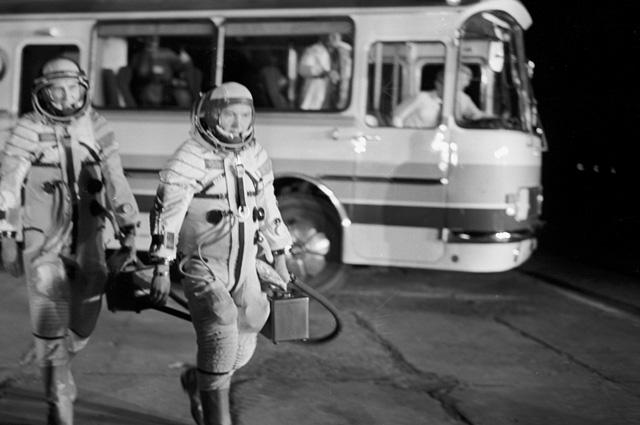 Экипаж космического корабля «Союз-15» всоставе Льва Демина (слева) и Геннадия Сарафанова настартовой площадке.