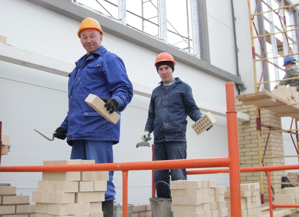 От мастерства каменщиков Ансара Шакирова (на переднем плане) и Салавата Алькеева в немалой степени зависит общее качество работ.