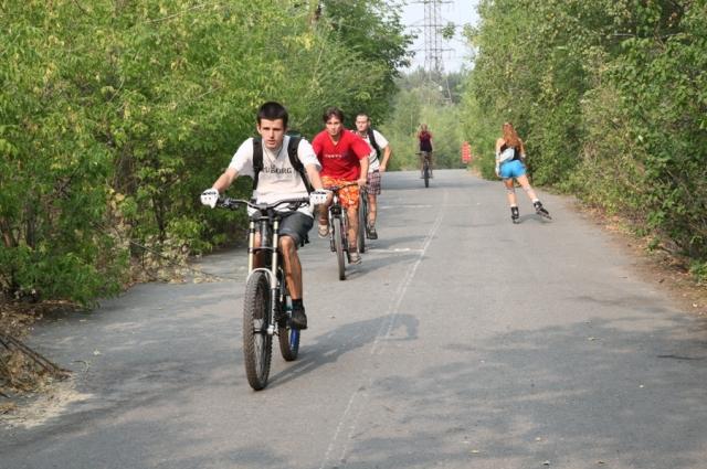 Кататься можно вдали от проезжей части, в парках на специальных велодорожках и во дворах