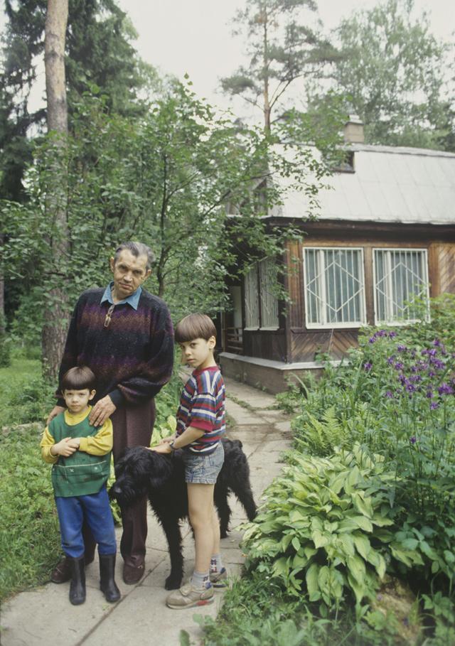 Дачный поселок писателей Переделкино. Роберт Иванович Рождественский с внуками. 1994 год.