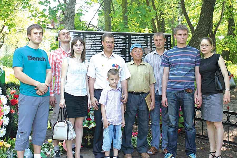 Алексей Сотников с семьёй у могилы погибшего деда в д. Некрасово Рыльского района.