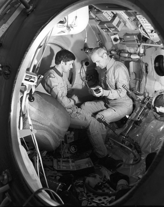 Экипаж космического корабля «Союз Т-13». Владимир Джанибеков (справа) иВиктор Савиных.