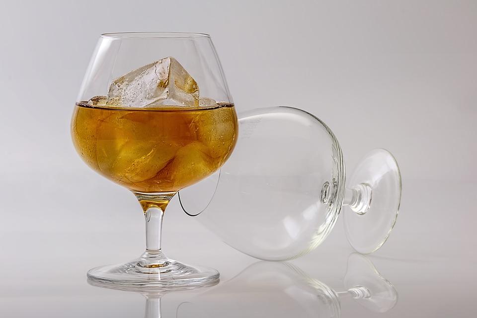 Нельзя смешивать крепкий алкоголь и газированное.