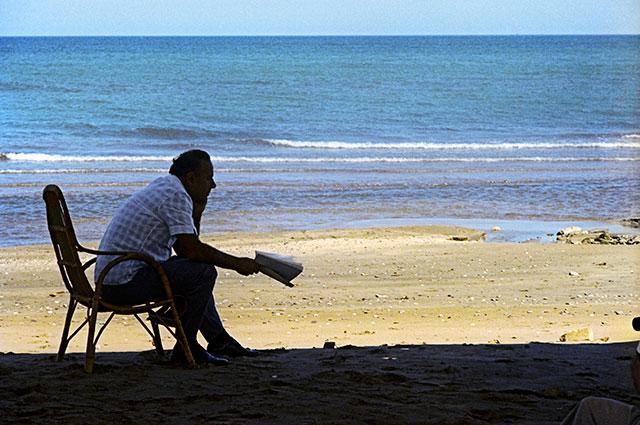 Гейдар Алиев в минуты отдыха на берегу Каспийского моря. 70-е годы.