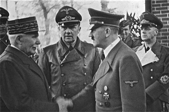 Маршал Анри Филипп Петен приветствует Адольфа Гитлера в Монтуар-сюр-ле-Луар 24 октября 1940 года.