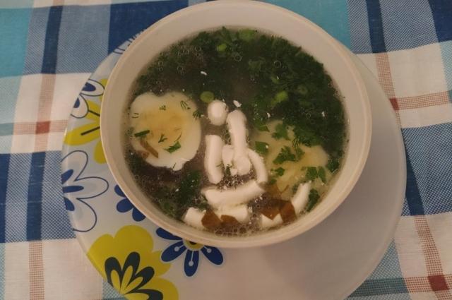В готовый суп нужно добавить яйцо и зелень.